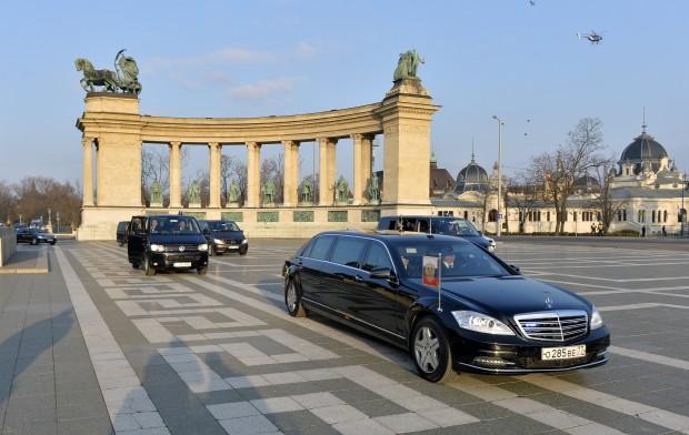 Putyin gépkocsikonvoja a Hősök terén
