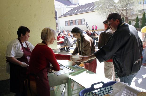 A fideszes Csöbör Katalin ételt oszt