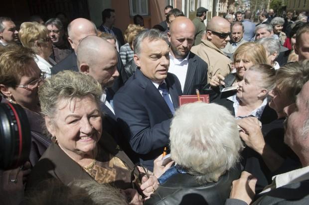 Orbánt majd' szétszedték a miskolci nyugdíjasok