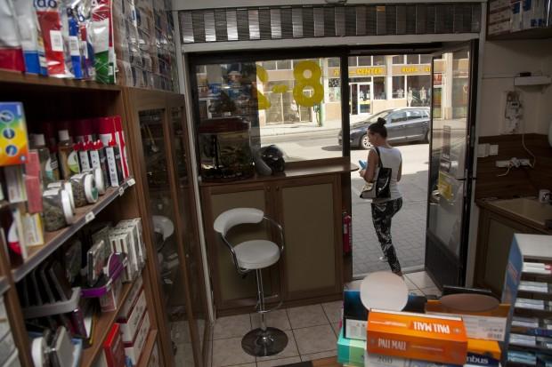 Fólia nincs, az ajtó nyitva – ilyen lett a fellázadt kaposvári trafikos boltja - Propeller