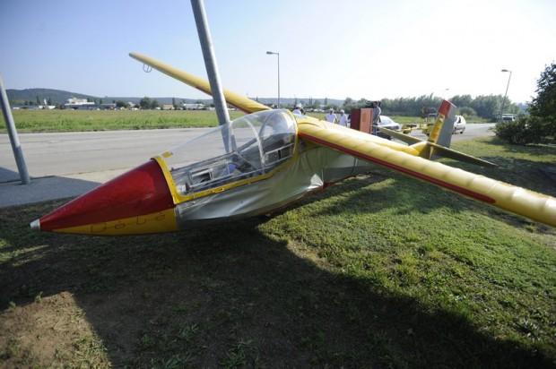 Egy vitorlázórepülő, amely egy bevásárlóközpont parkolójára zuhant 2015.szeptember 13-án. A balesetben senki nem sérült meg.