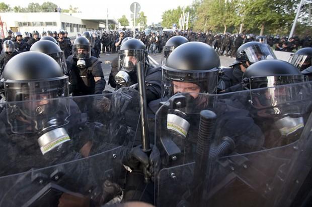 Készenléti rendőrök, mögöttük a TEK-esek