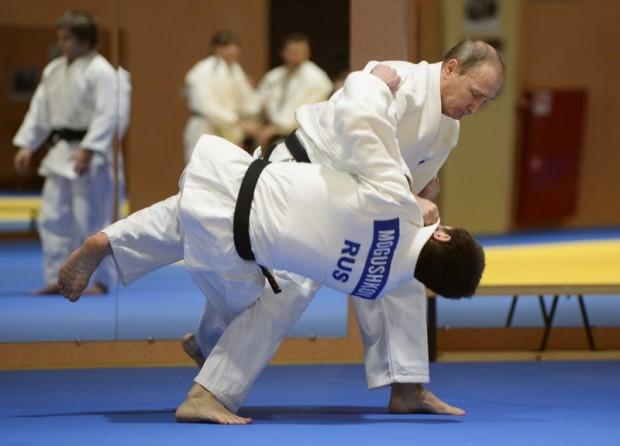 Vlagyimir Putyin orosz elnök az orosz cselgáncsválogatott edzésén vesz részt Szocsiban.