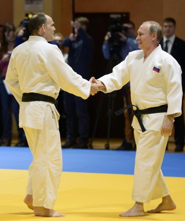 Vlagyimir Putyin orosz elnök (j) és Ezio Gamba, az orosz cselgáncsválogatott olasz szövetségi kapitánya a csapat edzésén vesz részt Szocsiban.