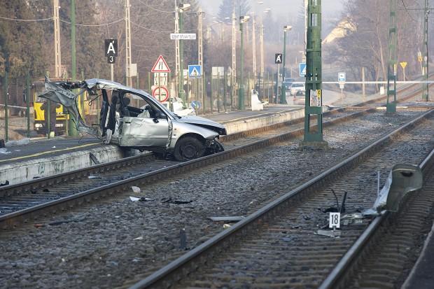 Durva baleset: félbetépte a kocsit az ütközés Budakalászon