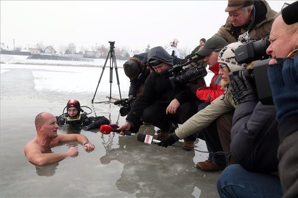 Bajzát László nyilatkozik a lékben, miután 27 métert úszott a jég alatt