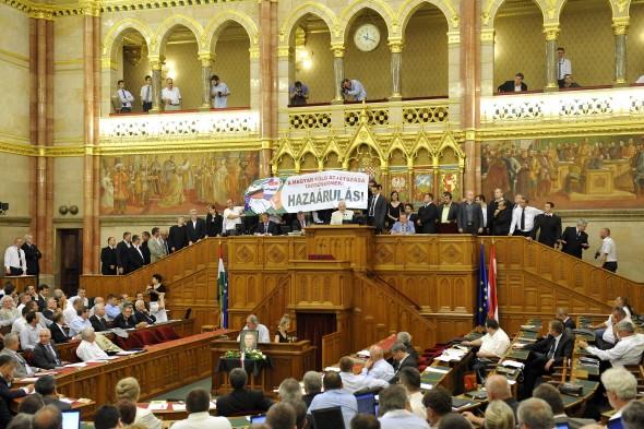 Balhé a Parlamentben! A Jobbikot kizárták a szavazásból, szükség lehet az Őrségre?
