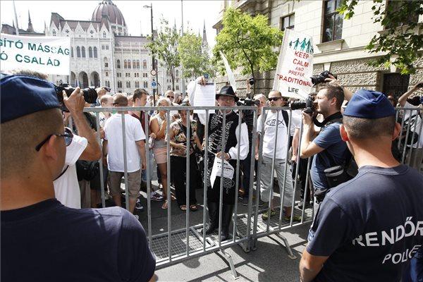 Nem engedték a melegkukkolókat a felvonulók közé furakodni