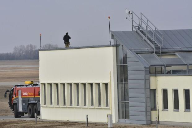Így várja Putyint a TEK gépfegyverese